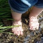 Füße im Bach